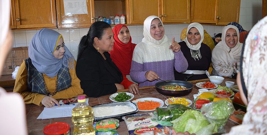 يدخل محصول الكينوا شيئاً فشيئاً في الوجبات الغذائية الريفية بمصر، إذ يتزايد عدد النساء اللواتي يتعرفن على المنافع التغذوية لهذا المحصول وعلى غيرها من صفاته.