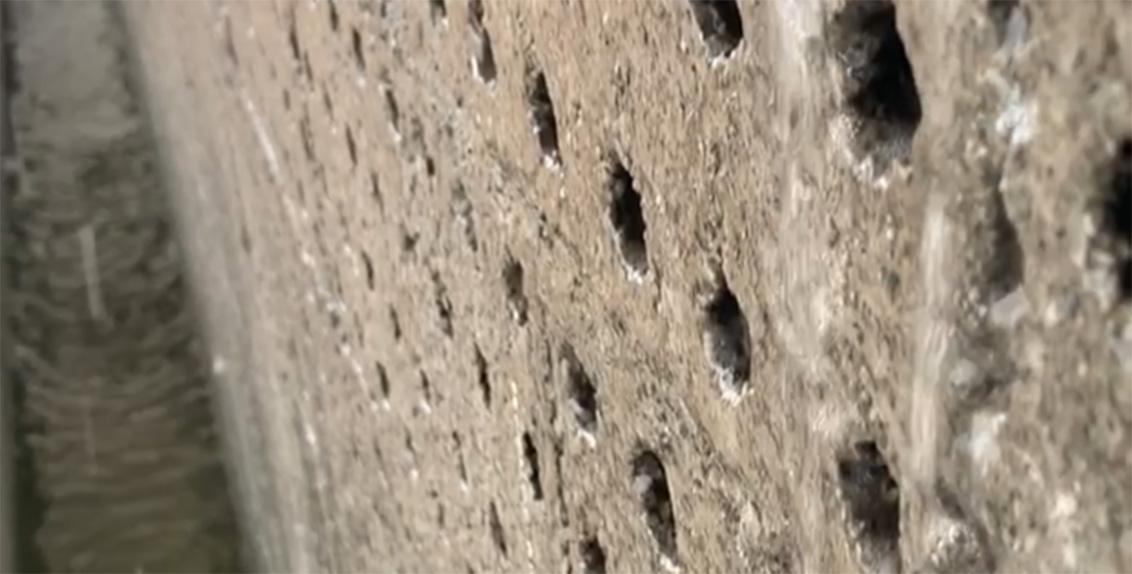 توظف هذه المنظومة تقانة صديقة للبيئة تمر خلالها المياه المالحة من أحد أطراف البيت المحمي عبر جدار نفوذ مصنوع من قرميد بوزولاني، وعلى الطرف المقابل هنالك مراوح تشفط الهواء من الخارج وتمر عبر جدار بارد، ما يؤدي إلى تبريد البيت المحمي من الداخل.