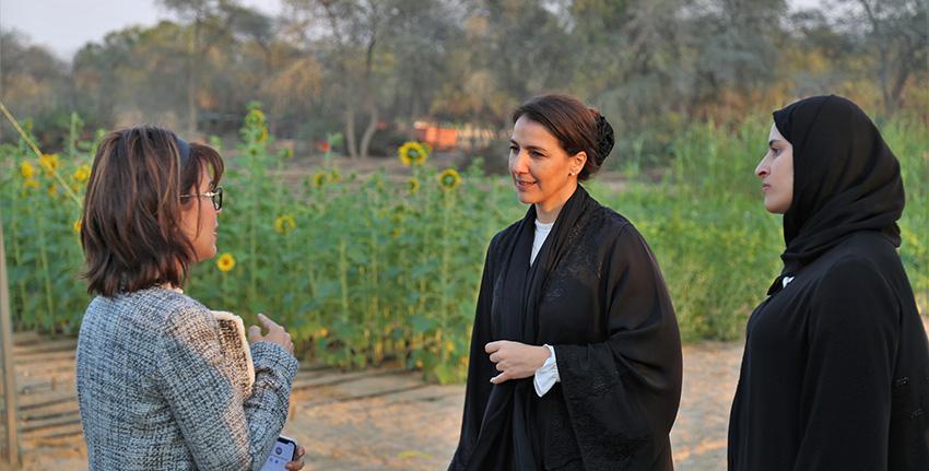 معالي مريم المهيري ومعالي سارة الأميري خلال زيارة مواقع الحقول البحثية في إكبا