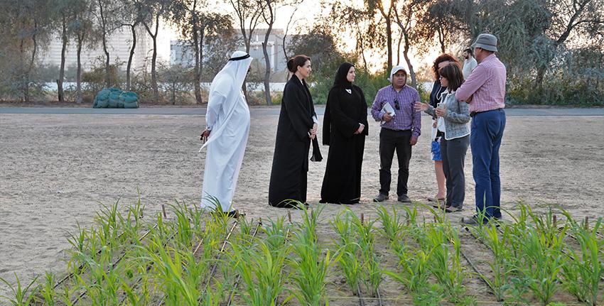معالي مريم المهيري ومعالي سارة الأميري خلال زيارة موقع آخر من الحقول البحثية