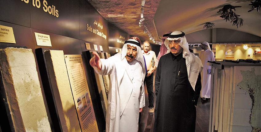 كما زار الدكتور بندر حجار متحف الإمارات للتربة وهو مرفق فريد من نوعه في منطقة الخليج.